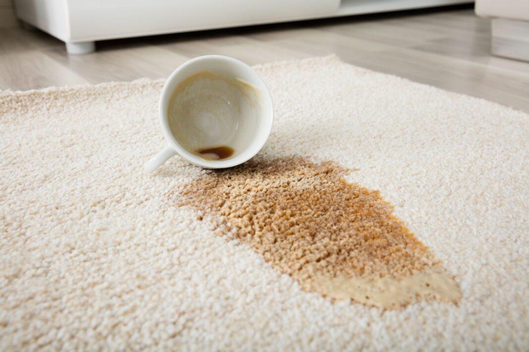 pete de cafea pe covor